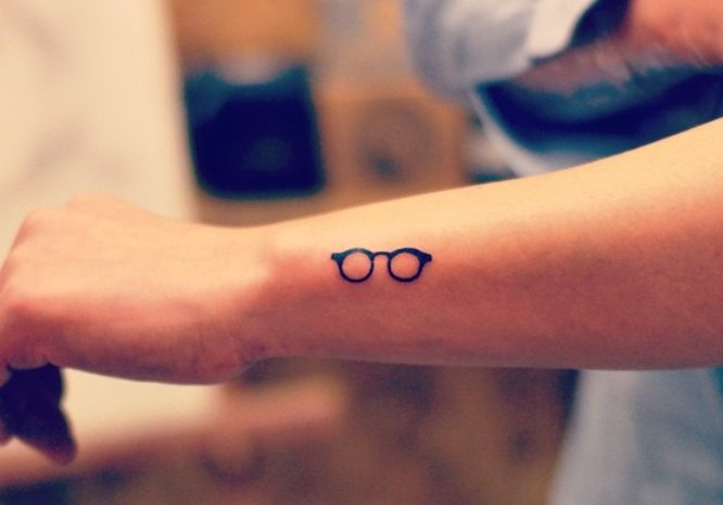 tatuaje pequeño gafas