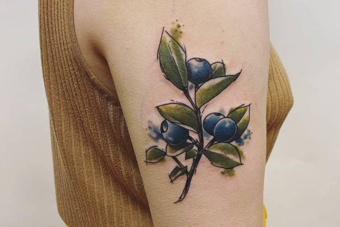 tatuajes acuarela mujer arandano