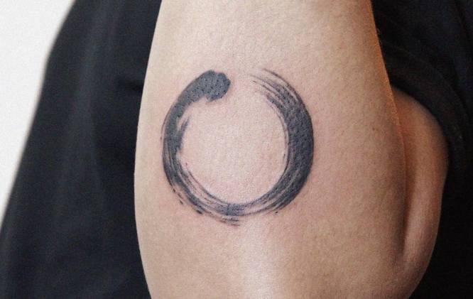 tatuaje circulo zen codo