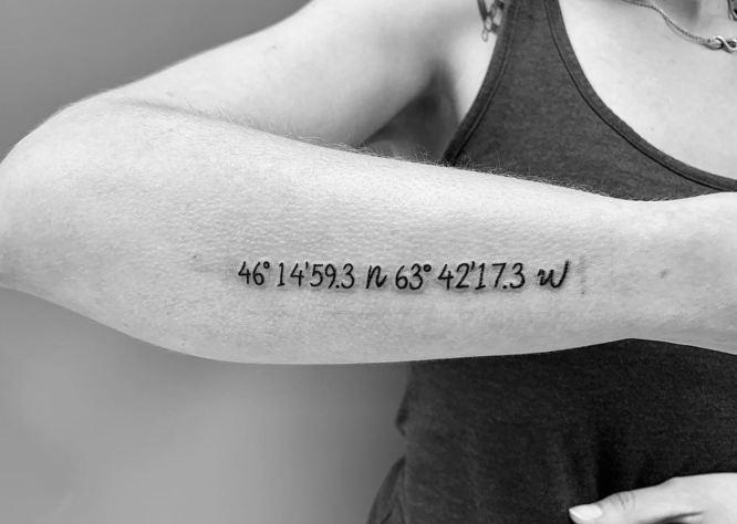 tatuaje coordenada en el antebrazo