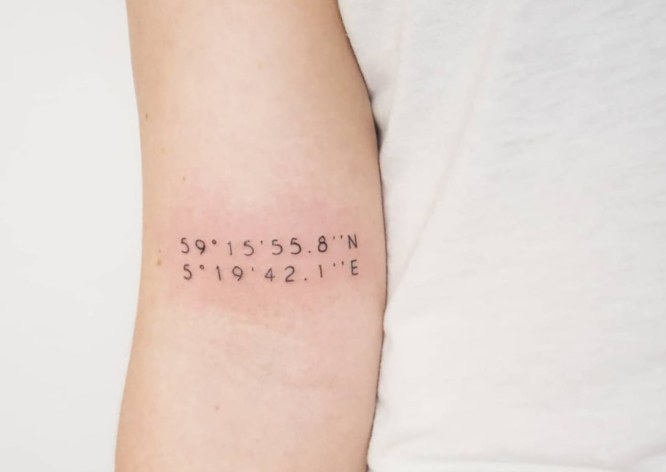tatuaje coordenada brazo