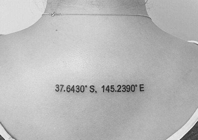 tatuaje coordenada en la espalda para mujer