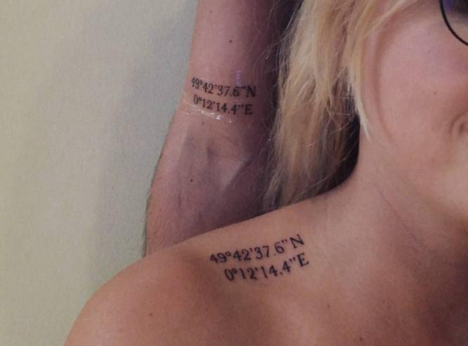 tatuaje coordenadas en pareja en el hombro y brazo