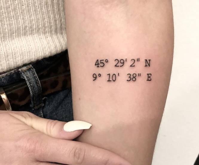 tatuaje de coordenada mujer brazo