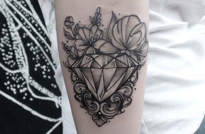 tatuaje diamante con flores