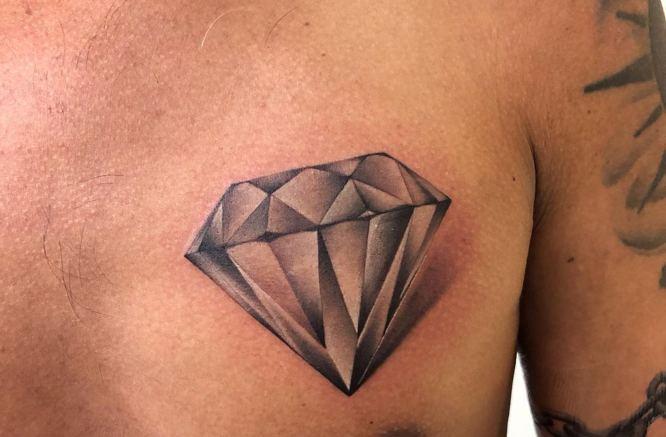 tatuaje diamante realista pecho