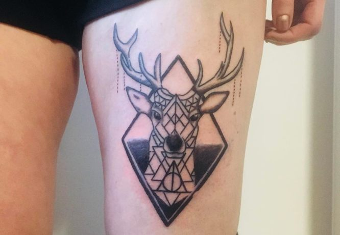 tatuaje geométrico ciervo