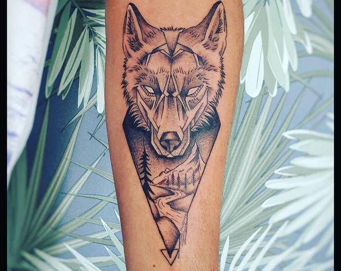 tatuaje geométrico de lobo