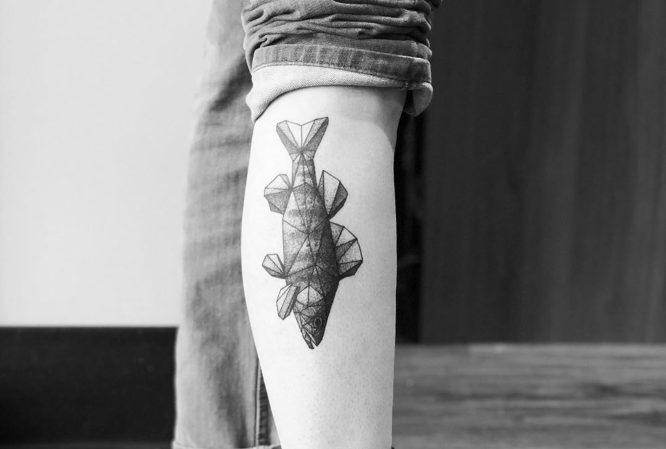 tatuaje geometrico pez pie