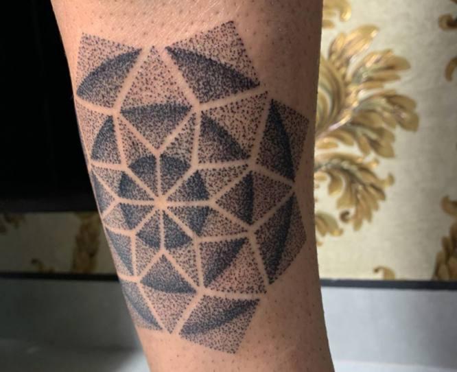 tatuaje geometrico puntillismo