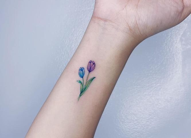 tatuaje minimalista flores