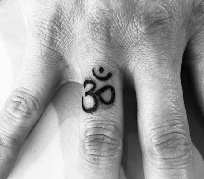 tatuaje om dedos