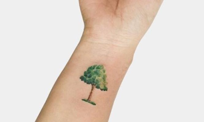 tatuaje pequeño mujer árbol