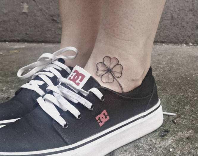 tatuaje trebol de 4 hojas en el tobillo