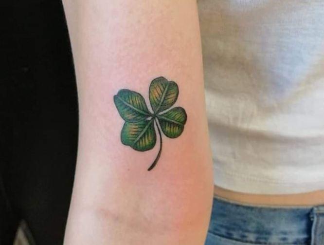 tatuaje trebol en brazo 4 hojas