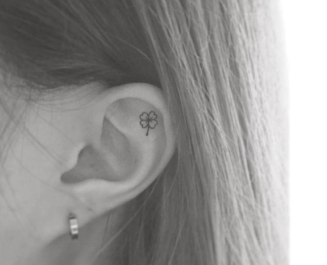 tatuaje trébol en la oreja