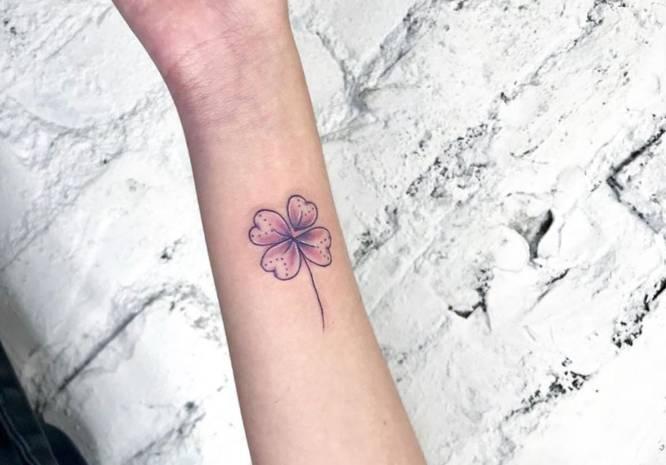 tatuaje trebol rosa