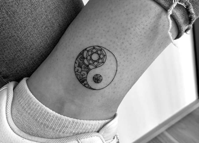 tatuaje yin yang tobillo mujer
