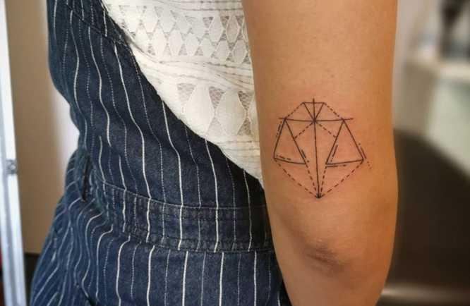 tatuajes geometricos mujer balanza