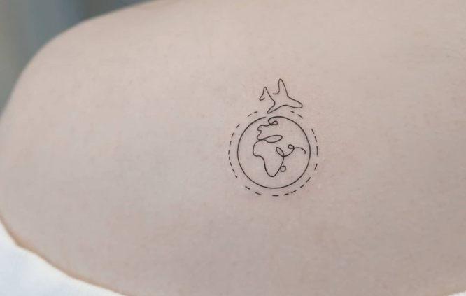 tatuajes pequeños mujer mundo