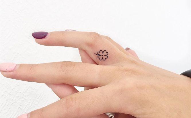 tatuajes pequeños mujer trebol