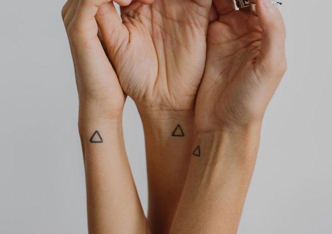 tatuajes hermanas triangulos