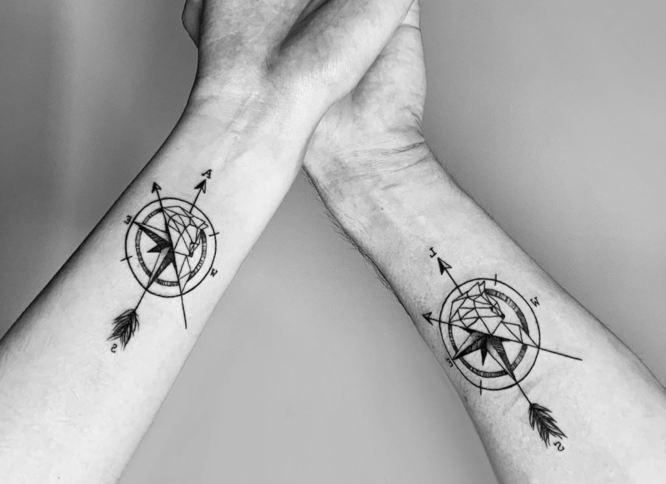 tatuajes pareja brujulas
