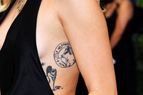 miley cyrus tatuaje perro