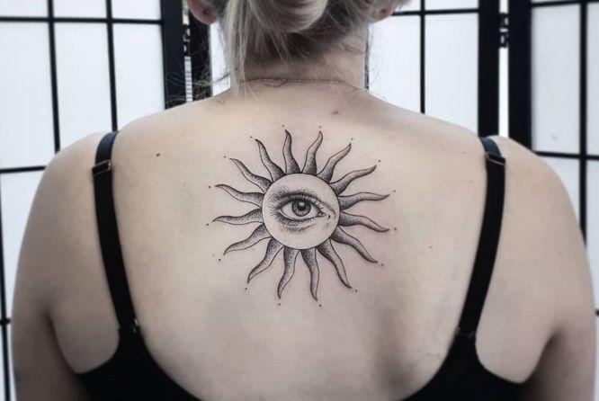 tatuaje sol en la espalda