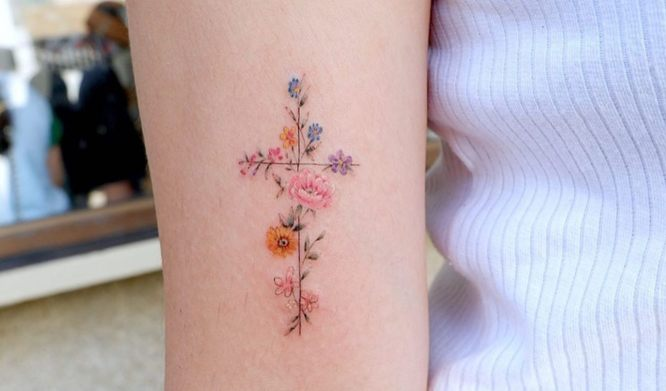 tatuajes cruz mujeres flores brazo