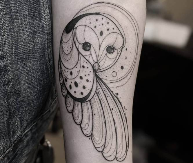 tatuaje buho mujer brazo