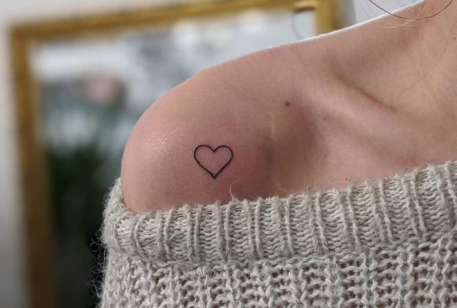 tatuaje corazon hombro mujer