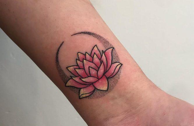 tatuaje flor de loto con color