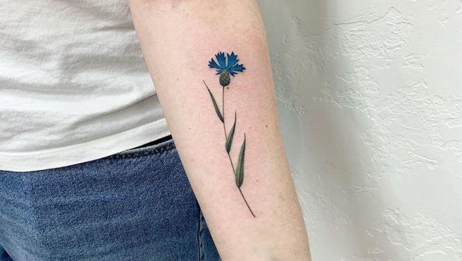 tatuaje flor mujer color azul