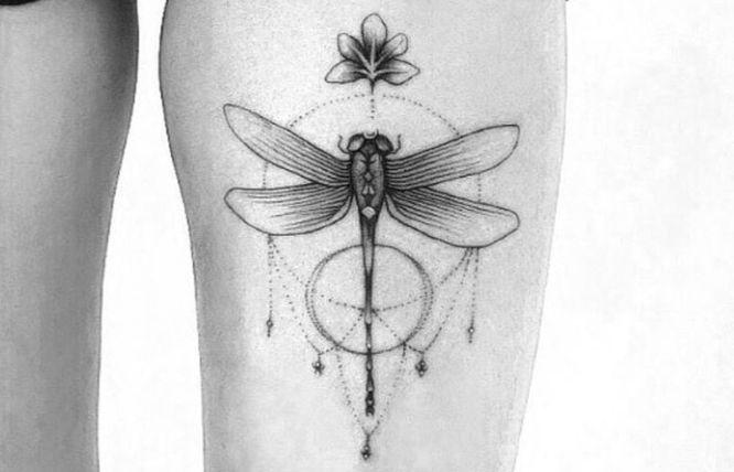 tatuaje libelula geometrica
