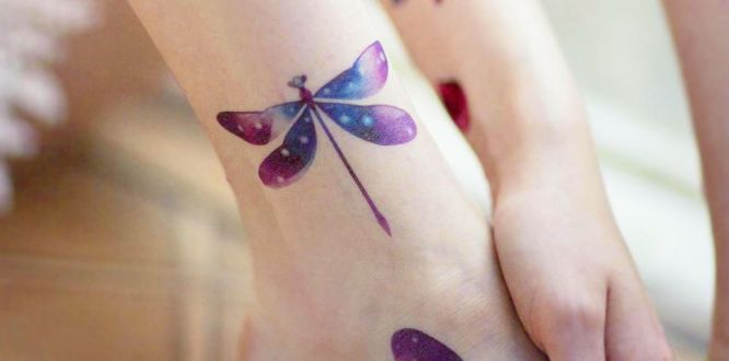 tatuaje libelula tobillo color