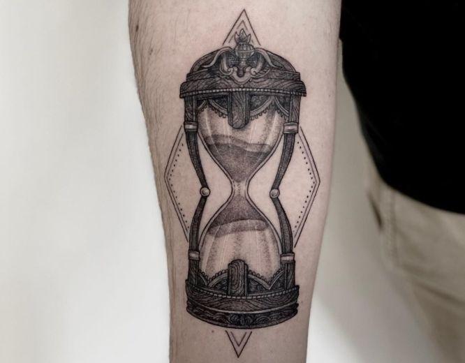 tatuaje reloj de arena antebrazo blanco negro