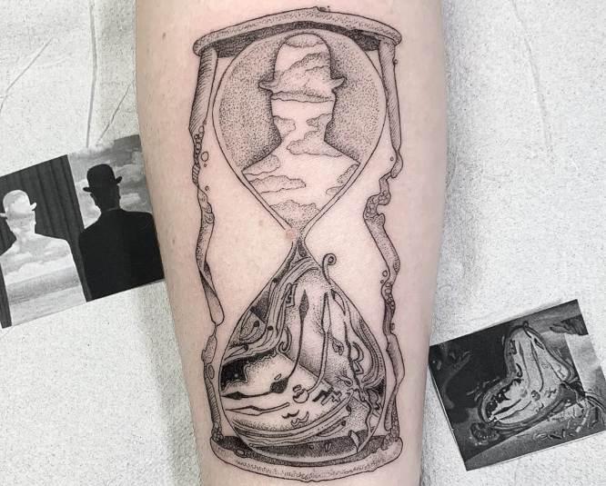 tatuaje reloj de arena antebrazo