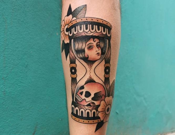 tatuaje reloj de arena con color
