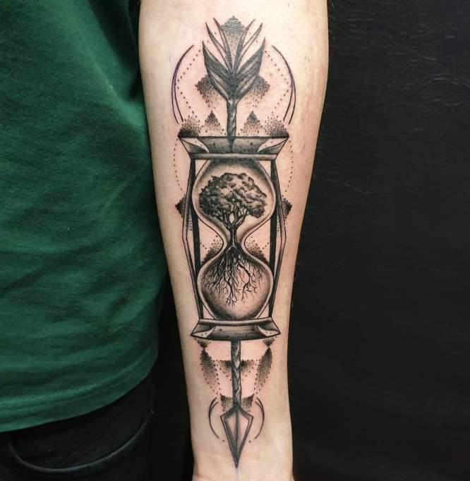 tatuaje reloj de arena geometrico