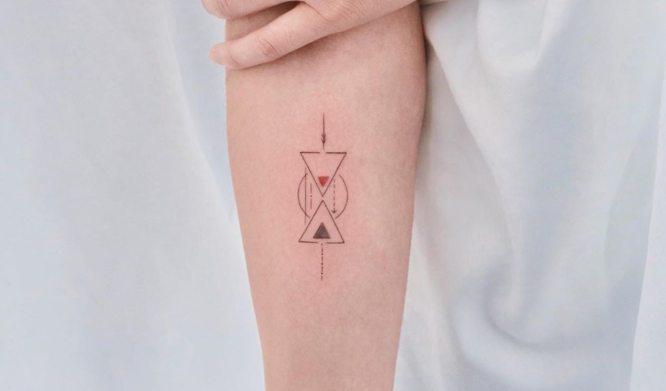 tatuaje reloj de arena minimalista