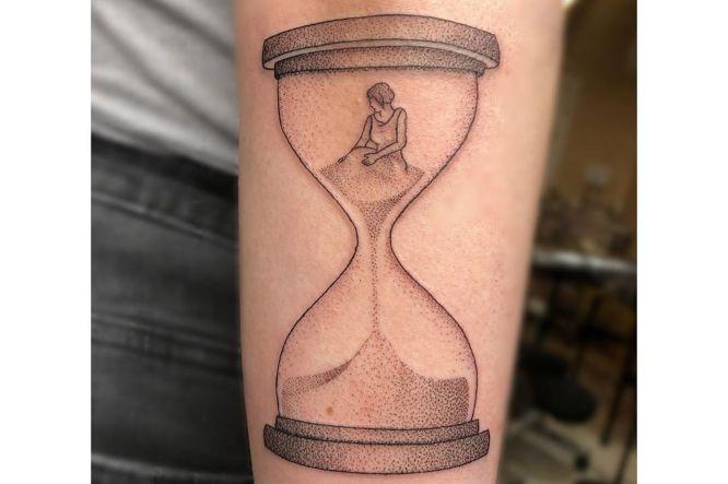 tatuaje reloj de arena puntillismo