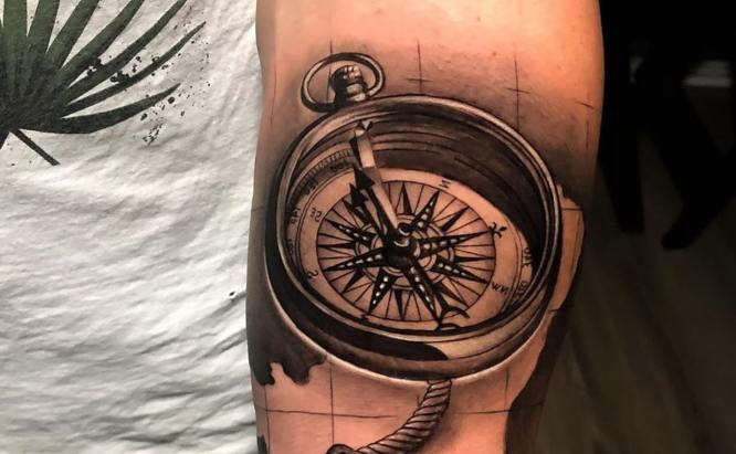 tatuajes brujula antigua brazo