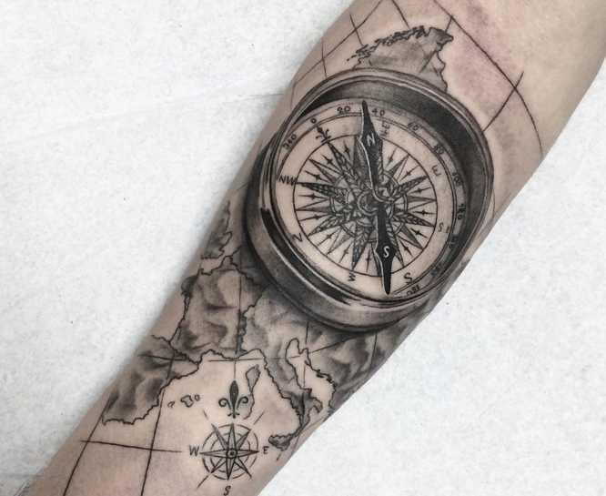 tatuajes brujula mapa realista