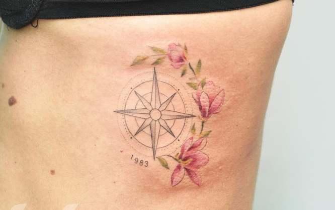 tatuajes brujula mujer flores
