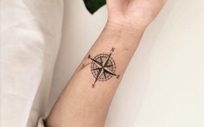 tatuajes brujula pequeña mujer