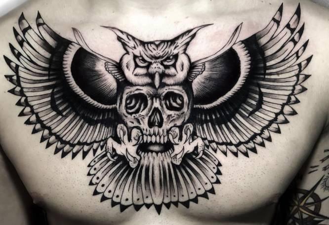 tatuajes buho hombre pecho