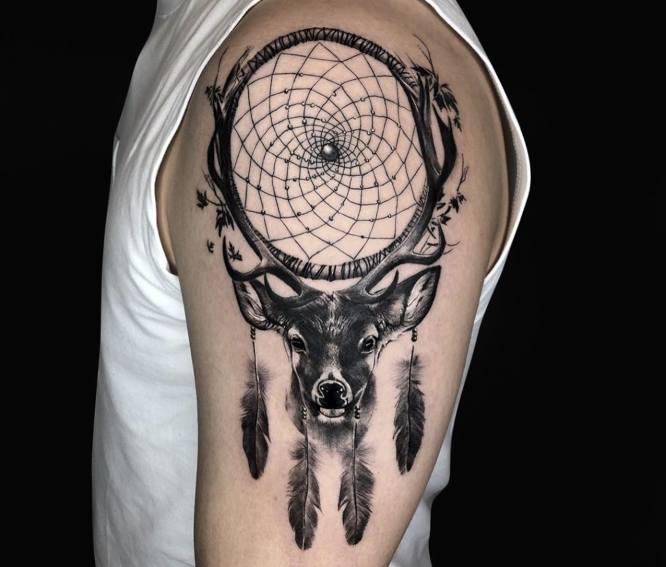 tatuajes ciervo brazo atrapasueños
