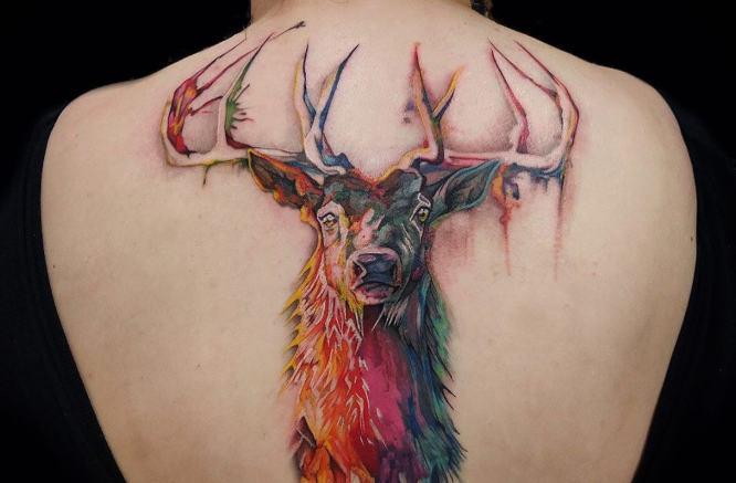 tatuajes ciervo espalda acuarela