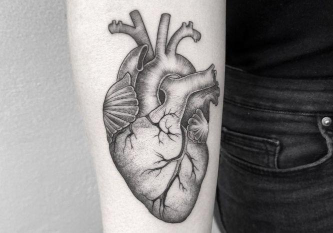 tatuajes corazon brazo blanco negro